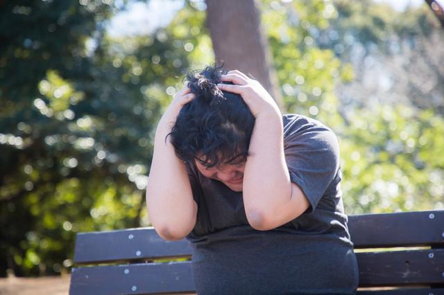 面接に落ちてベンチで頭を抱える